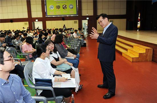 유덕열 동대문구청장이 27일 열린 2017학년도 수시 전형 설명회에서  설명회에 참석한 학부모들에게 교육정책을 설명하고 있다.