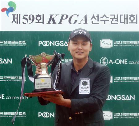 김준성이 59번째 KPGA선수권 우승 직후 트로피를 들고 기념 촬영을 하고 있다. 사진=KGT