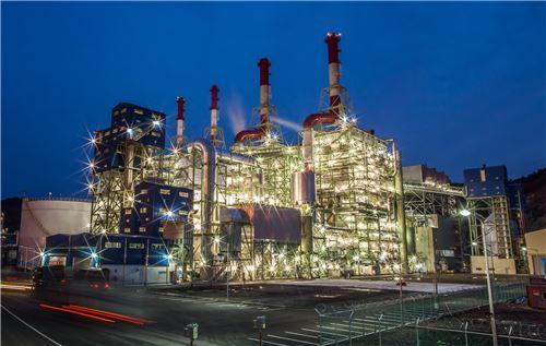 ▲금호석유화학이 전국 12개 사업장 조명을 LED조명으로 교체한다. 사진은 최근 증설한 금호석유화학 여수제2에너지 야경.