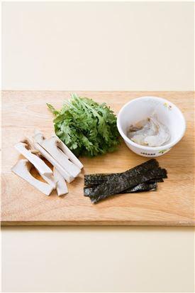 1. 새우는 깨끗하게 손질하고 쑥갓과 새송이버섯은 새우 길이에 맞게 썬다. 김은 얇게 자른다.