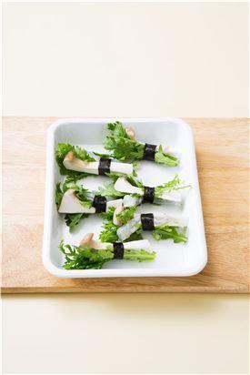 2. 새우 1마리에 쑥갓과 새송이버섯을 얹고 얇게 자른 김으로 돌돌 감싼다.