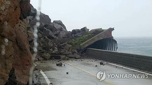 산사태에 무너진 터널 (울릉=연합뉴스)