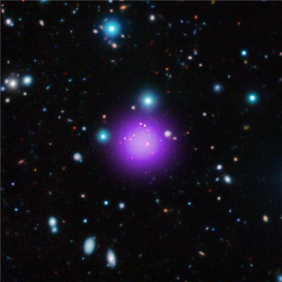 ▲111억 광년 떨어진 은하단이 찬드라 X레이 망원경에 들어왔다.[사진제공=NASA]