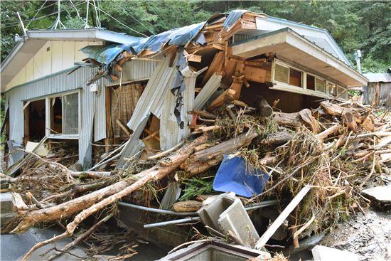 ▲태풍 라이언록으로 인해 무너진 이와테현의 한 가옥. (AP = 연합뉴스)