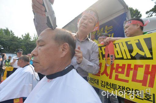 [포토]국방부 앞 김천시의원 삭발