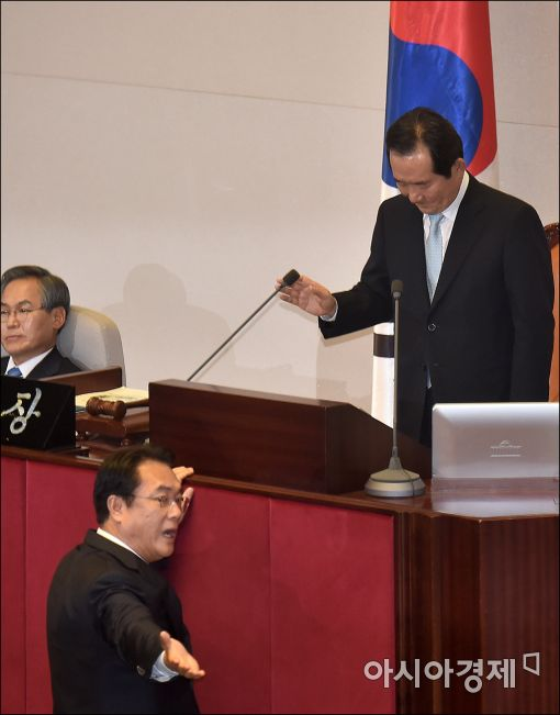 지난 1일 정세균 국회의장(오른쪽)의 국회 개회사에 강하게 항의하고 있는 정진석 새누리당 원내대표(가운데).