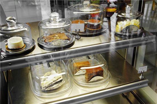 사진=쇼케이스에 진열 돼 있는 조각 케이크의 모습.