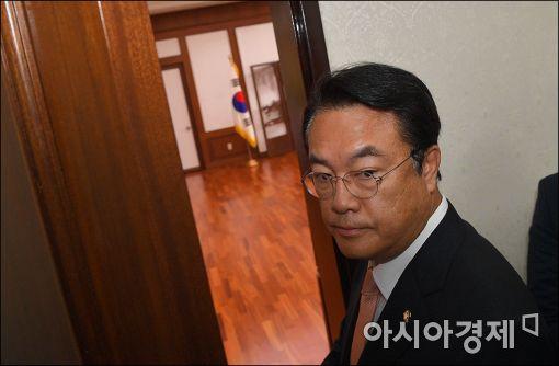 2일 국회의장실에 들어가고 있는 정진석 새누리당 원내대표