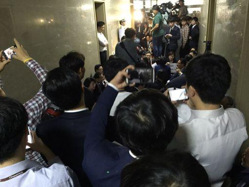 與의원들, 丁의장실 재차 점거 시도…복도에서 연좌농성 돌입(상보)