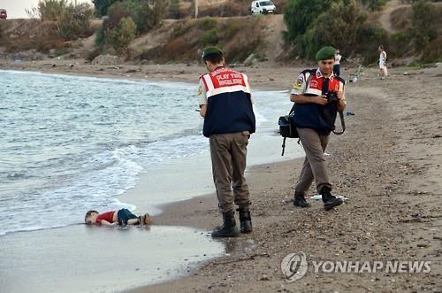 터키 해변에서 사망한 채 발견된 난민 꼬마 아일란 쿠르디 [EPA=연합뉴스]