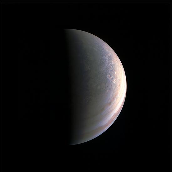 ▲주노 탐사선이 목성의 북극을 찍어 지구로 전송해 왔다. 다른 지역보다 더 푸르다.[사진제공=NASA]