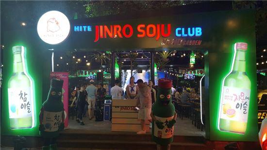베트남 하노이에 오픈한 '하이트진로 소주클럽' 모습