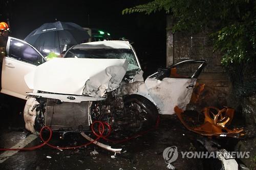 옹벽을 들이받은 승용차. 사진=연합뉴스 제공