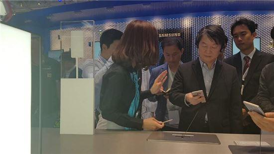 안철수 전 국민의당 상임공동대표가 3일(현지시간) 독일 베를린에서 열린 'IFA 2016' 삼성전자 부스를 찾아 갤럭시 노트7 제품을 살펴보고 있다.