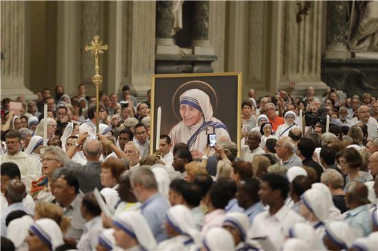 ▲2일 열린 시성식 준비행사에서 참가자들이 테레사 수녀의 성화를 운반하고 있다. (AP =연합뉴스)