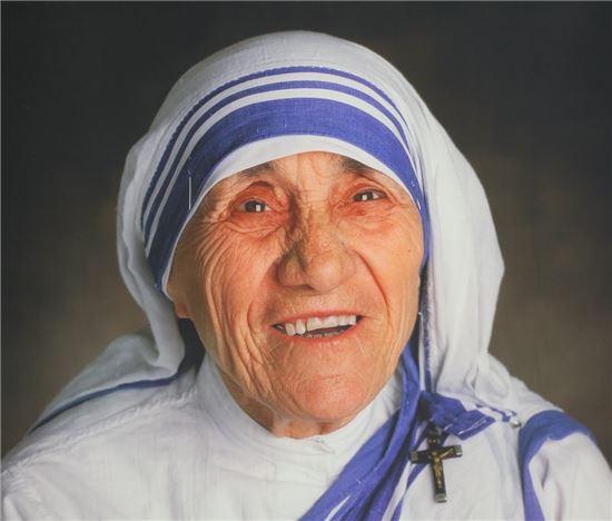 일생을 빈자를 돌보는데 투신한 테레사 수녀는 2003년 복자 추대에 이어 지난 4일, 바티칸 성베드로 광장에서 시성식을 통해 성자로 추대됐다.