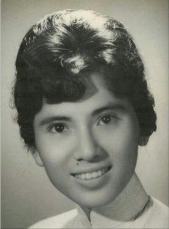 테레사 수녀가 되기 전, 학창시절의 아녜즈 곤제 보야지우(Anjeze Gonxhe Bojaxhiu)는 성가대 활동과 봉사에 열심인 평범한 학생이었다.
