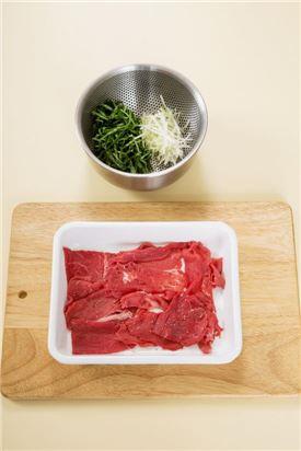 1. 쇠고기는 키친타월로 핏물을 제거하고 소금과 후춧가루를 뿌려 10분 정도 재운다. 깻잎과 대파는 채 썰어 찬물에 담갔다가 건진다.