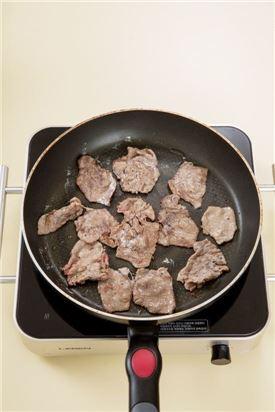 3. 팬을 달구어 식용유를 두르고 쇠고기를 넣어 익힌다.