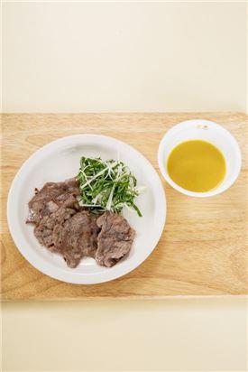 4. 그릇에 쇠고기와 채소를 담고 겨자 소스 재료는 잘 섞어 곁들인다.