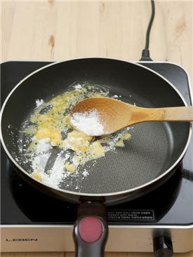 5. ④에 곱게 간 밤을 넣고 멍울이 생기지 않도록 섞는다. 나머지 우유 1컵을 부어 농도를 맞추고 끓인 다음 소금과 설탕을 약간씩 넣는다.