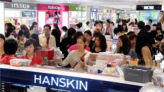 중국인 관광객들이 롯데면세점에서 쇼핑을 하고 있다.