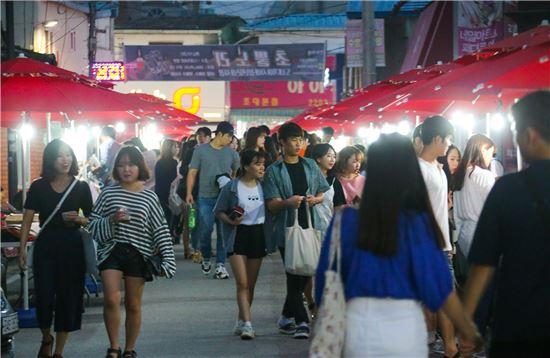 광주광역시 동구(청장 김성환)가 공들인 도내기시장축제에 수많은 청년들이 참여하면서 청년문화시장의 성공 가능성을 보여줬다.