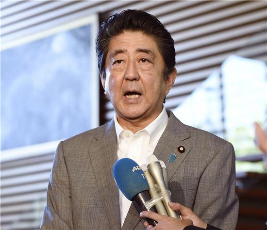▲북한 핵실험 소식을 들은 아베 신조 총재가 9일 도쿄 총리관저에서 기자들의 질문에 답하고 있다. (AP=연합뉴스)
