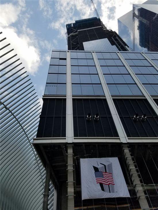 1WTC(프리덤 타워)를 포함한 5개의 초고층 건물과 9·11 메모리얼과 박물관, 뉴욕 지하철 환승센터 등의 개발사업이 사건 발생 후 15년이 지난 현재까지도 계속 진행되고 있다.