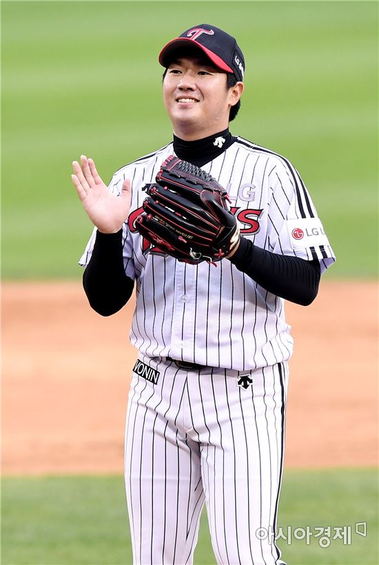 [포토]박수치는 김지용, '승리의 미소'