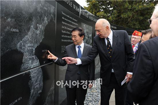 박원순 서울시장이 10일 오전(현지시간) 미국 샌프란시스코에 위치한 한국전 참전용사 기념비를 방문했다. 사진제공=서울시