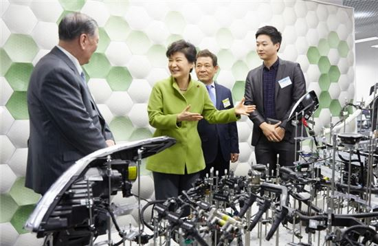 박근혜 대통령이 2015년 1월 27일 오전 광주 창조경제혁신센터 출범식에 참석해 정몽구 현대차그룹회장과 함께 센터를 시찰하며 이야기를 나누고 있다.