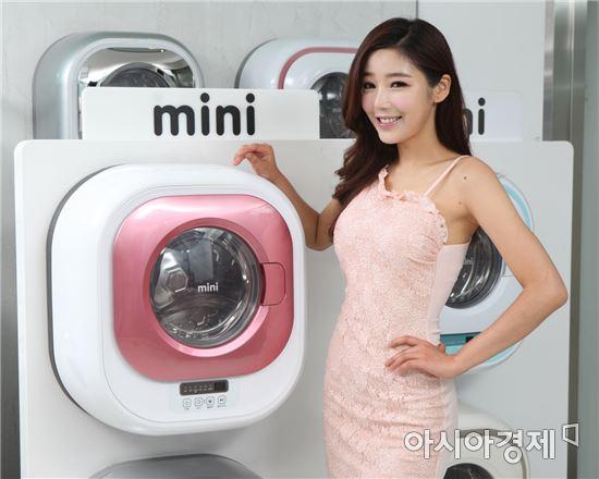 ▲동부대우전자 모델이 벽걸이형 세탁기 '미니'를 소개하고 있다. (제공=동부대우전자)