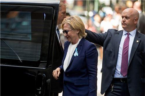 힐러리 클린턴이 911테러 추모식장을 떠나 휴식을 취한 후 스스로 차에 오르고 있다. 앞서 클린턴은 행사장을 떠날 때는 부축을 받고도 비틀거리며 겨우 차에 올랐다. 주치의는 그가 폐렴 증상을 보였다고 밝혔다. (사진=AP연합)