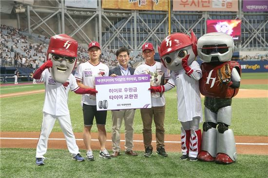 왼쪽부터 손병수씨, 넥센타이어 마케팅팀 이석훈팀장, 신운호씨