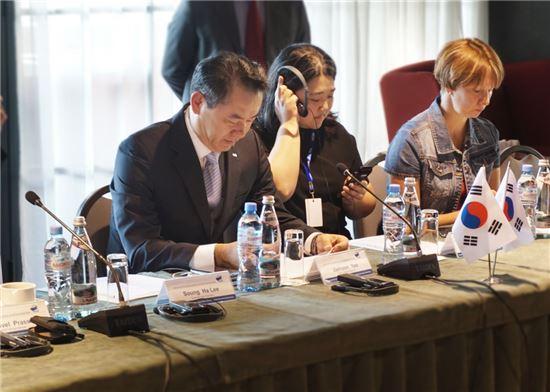유재훈 사장(왼쪽) 한국예탁결제원 사장이 상호협력에 관한 양해각서(MOU)를 체결하고 있다.