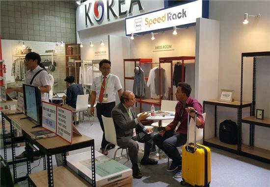 상하이 국제가구전 내 한국관을 찾은 바이어가 도내 가구업체와 상담을 진행하고 있다.