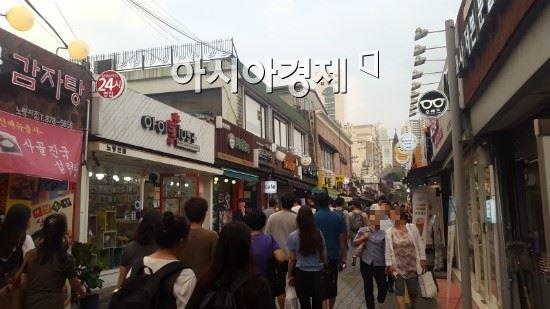 9일 오후6시쯤 서울 동작구 노량진 고시촌에서 수업이 끝난 공시생들이 저녁을 먹으러 가고 있다. 사진=금보령 기자