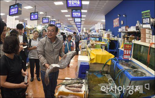 [포토]노량진 수산시장 찾은 이정현 대표