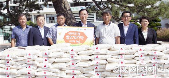 황산쌀전업농회(회장 김채만)는 직접 농사지은 쌀 5㎏, 370포(450만원상당)을 해남군에 기탁했다.