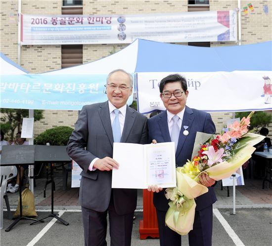 김기동 광진구청장(오른쪽이) 11일 열린 제16회 서울 몽골가족나담 행사에 참여한 강벌드 주한몽골대사(왼쪽)으로부터 몽골대통령을 대신해 몽골대통령 훈장을 전달받았다.