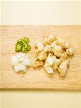 1. 뚱딴지는 칼끝으로 껍질을 긁어 먹기 좋은 크기로 썰고 양파도 먹기 좋게 썰고 풋고추는 송송 썬다.