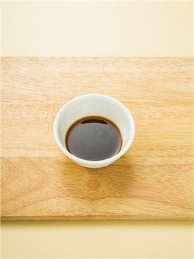 2. 분량의 조림장 재료를 섞는다. (간장 2, 물엿 1, 굴소스 0.3, 설탕 0.5, 맛술 1)