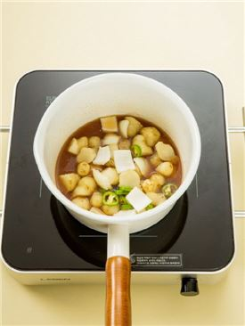 4. 뚱딴지가 어느 정도 익으면 양파와 풋고추를 넣고 살짝 더 조린다.