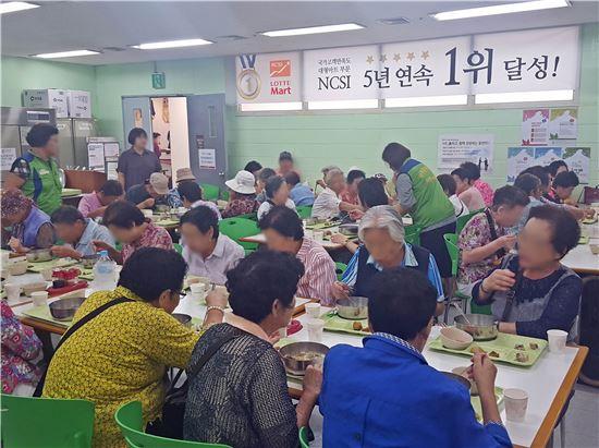 롯데마트 샤롯데 봉사단, 670여명 독거노인에 추석 맞이 점심 제공