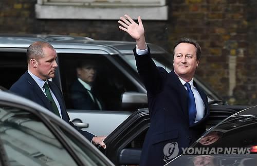 지난 7월13일 런던 다우닝가 10번지 총리 관저를 떠나며 손을 흔드는 데이비드 캐머런 전 영국 총리/사진=연합뉴스