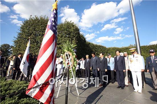 방미 중인 정세균 국회의장 일행이 미국 알링턴 국립묘지를 방문해 참배하고 있다. 국회의장실 제공