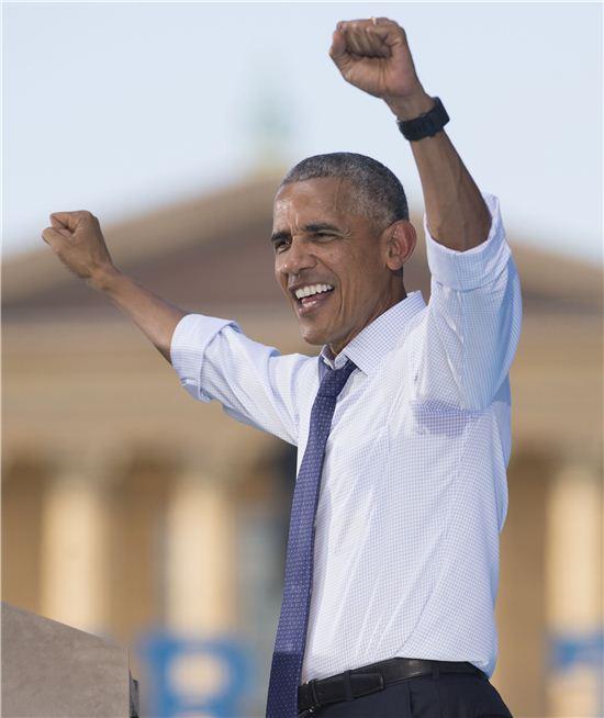버락 오마마 미국 대통령이 록키 처럼 손을 번쩍 들어 보이고 있다. (사진=AFP연합)