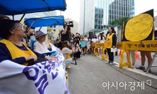 14일 서울 종로구 일본대사관 앞에서 열린 위안부 문제해결을 위한 수요시위에서 소원을 적은 보름달을 김복동 할머니와 길원옥 할머니가 바라보고 있다.(사진=백소아 기자)