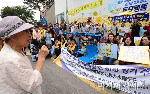 추석을 하루 앞둔 14일 서울 종로구 일본대사관 앞에서 열린 위안부 문제해결을 위한 수요시위에서 김복동(91) 할머니가 발언을 하고 있다.(사진=백소아 기자)